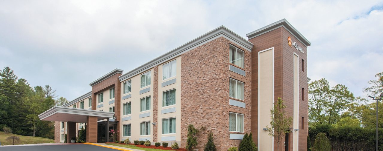 La Quinta Inn & Suites Sturbridge exterior